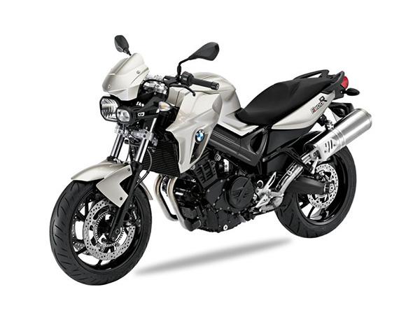 Das ist definitiv die heißeste Generation Naked-Bike seit der BMW K1300R. Denn so ein fein gemachtes Zweizylinder Bike, so ein Roadster in modernster Manier ist einfach sexy: leicht, stylish, fit. Modernste Fertigung, coolstes Design, die perfekte Verbindung von purem Fahrspaß mit hoher Alltagstauglichkeit. Ein 798 ccm Zweizylinder, komplett in schwarz gehüllt: sieht nicht nur cool aus, klingt auch so. Und hat Druck. Der bestens bekannte, supersparsame Parallel-Twin bringt richtig Spaß. 86 Nm Drehmoment sind in dieser Klasse eine echte Ansage, genauso wie seine 87 PS. Vor allem, weil sie in einem absolut praxisgerechten Drehzahlbereich abgerufen werden können – Stichwort Fahrbarkeit ist hier angesagt; und da bietet die BMW F 800 R eine Bandbreite, die Routiniers genauso freut wie Einsteiger. Eine Ergonomie, die jedem passt, das knackige, stabile Fahrwerk und eine perfekt austarierte Geometrie schnüren ein cooles Package: Easy Handling für die Stadt und top-stabil, wenn's mal richtig zügig über die Landstraße gehen soll.Bei so viel Fun macht auch das optionale ABS gute Laune, ebenso wie die anderen Features: LED-Technik, Style-Parts, diverse intelligente Gepäcklösungen – und natürlich auch die Probefahrt. Achtung: auch mit 34 PS zu haben!Und zu guter Letzt. Es ist eine BMW. Und zwar eine ziemlich coole.