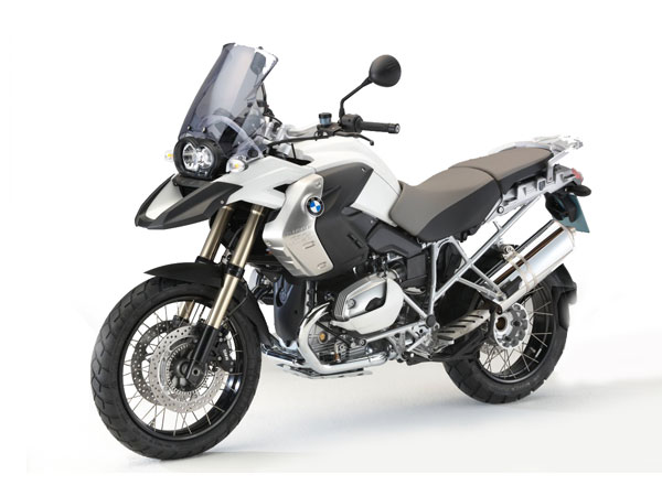 25 years ago BMW founded the new segment of traveling-trail-bike. In tradition to its predecessors the BMW R 1200 GS is measure of all things. With its strong Boxer-Engine, little weight and excellent chassis she is perfect for all-terrain with exact manageable power and is perfect on asphalt as well and offers extraordinary agility. Justifiably she is the best BMW traveling-trail-bike of all times and brings you the remotest places in the world.
